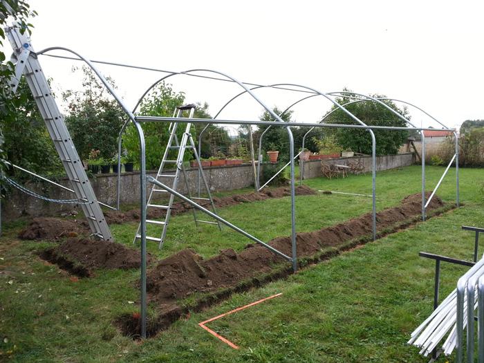 Fixation au sol d\'une serre tunnel de jardin : nos conseils de fabricant