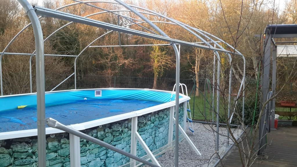 Serre utilisée comme abri de piscine