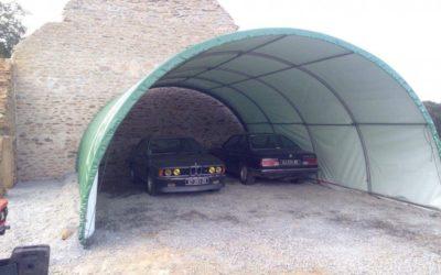 Une bâche d'élevage pour abriter des voitures anciennes