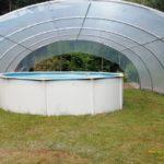 Photos d'un abri de piscine rebâché et fixé avec nos rails zig zag